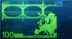 100 euro note under UV light (Observe)