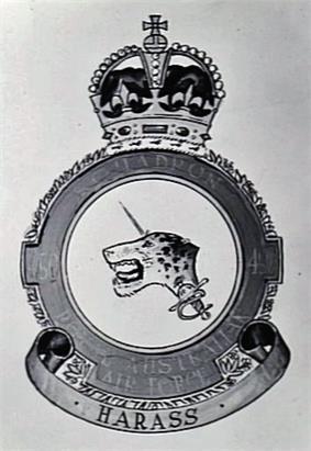 Drawing of a Royal Australian Air Force crest depicting a jaguar's head pierced by a rapier; the motto beneath reads