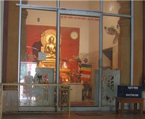 Budha statue in a Budha Vihar near Birla Mandir Delhi1.JPG