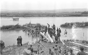 Bundesarchiv B 145 Bild-F016198-0033, Rumänien, Brückenbau über den Pruth.jpg