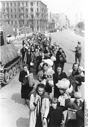 Bundesarchiv Bild 101I-695-0423-14, Warschauer Aufstand, flüchtende Zivilisten.jpg