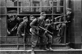 Bundesarchiv Bild 183-97906, Warschauer Aufstand, Straßenkampf.jpg