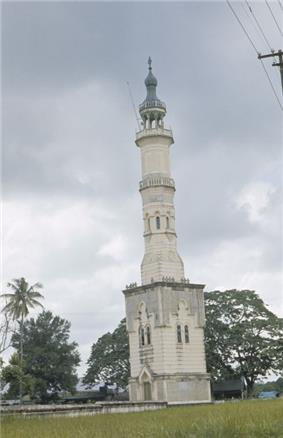 COLLECTIE TROPENMUSEUM De minaret van de Grote Moskee TMnr 20018859.jpg