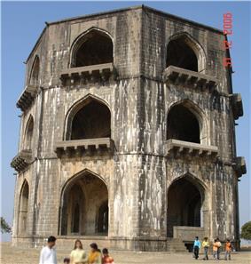 Chand Bibi tomb