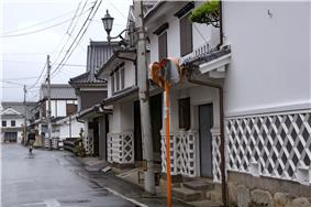 White houses with a characteristic net pattern on the lower part of the outer walls.