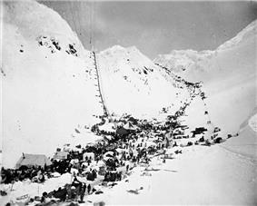 Prospectors and their supplies at The Chilkoot Pass. In front: The Scales. Left: Golden Steps, right: Pederson Pass. March–April 1898