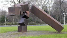 Chillida monumento vor thyssen düsseldorf.jpg