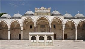 Courtyard of the Süleymaniye Mosque in Istanbul, Turkey 001.jpg