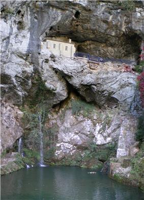 Covadonga - Cueva santa y cascada.jpg