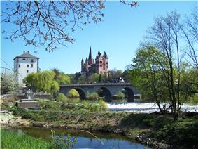 Cathedral with the old Lahn bridge