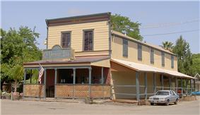 the El Verano Inn at the corner of Bay and Laurel