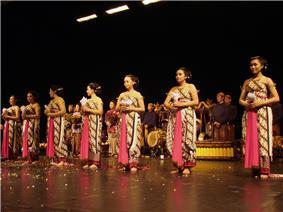 Flickr - dalbera - Bedhoyo, musique et danse traditionnelle d'Indonésie (festival de l'imaginaire).jpg