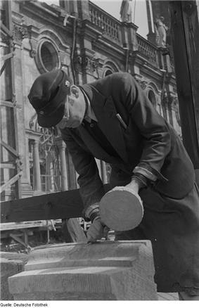 Fotothek df roe-neg 0000431 004 Steinmetz auf dem Seitenschiffdach der Hofkirche.jpg