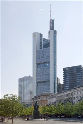 Frankfurt Am Main-Commerzbank Tower vom Rathenauplatz-20100814