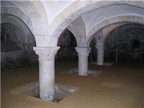 Interior view of a chamber, with arches supporting the pillars holding up the roof.