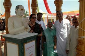 Smt. Hema Malini unveiling the bust of Shri Harakh Chand Nahata