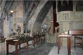 One of the scenes in the queue area is that of the Defence Against the Dark Arts classroom. It replicates the classroom as seen in the films.
