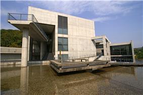 Himeji City Museum of Literature01s3872.jpg