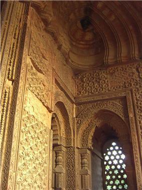 Interior of Alai Darwaza, Qutb Minar complex.jpg