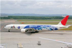 A Japan Airlines Boeing 777–300 painted in special Oneworld livery, taxiing at New Chitose Airport