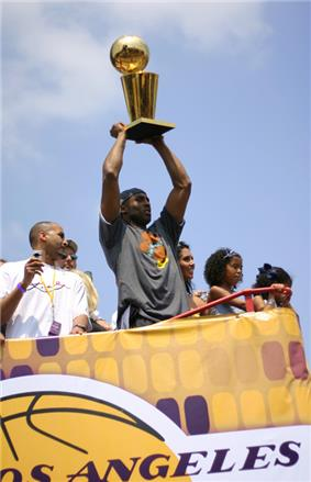 Kobe Bryant holding the 2009 Lakers' Larry O'Brien Trophy