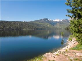 A photo of Lake Como and mountains.