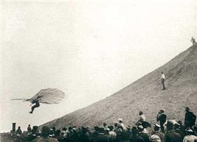 Lilienthal in flight.jpg