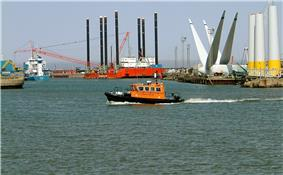 Image of harbour with windfarm construction