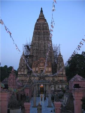 Mahabodhi temple and the Bodhi Tree to its left, Bihar