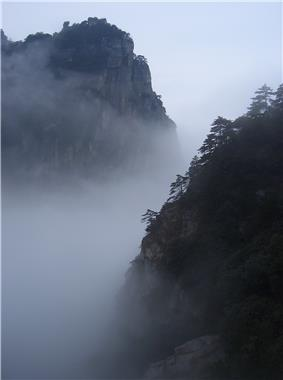 The small peaks of the mountain range can be climbed by visitors.