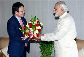 Modi presents flowers to the South Koren ambassador