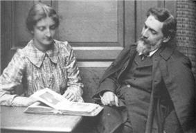 Petrie and Urlin in 1903.jpg
