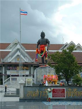 Phraya Phichai Dap Hak Monument, in front of Uttaradit City Hall