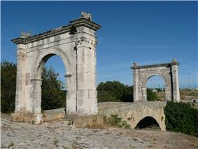 The single-arched bridge framed by two triumphal arches