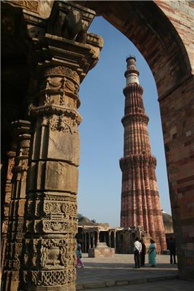 Qutb Minar from the Quwwuatul ul-Islam mosque, Qutb complex.jpg