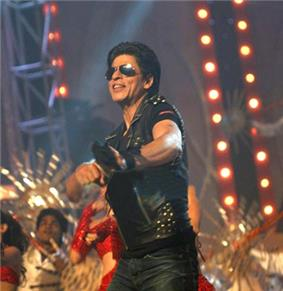 Shah Rukh Khan dances with other performers in 2010