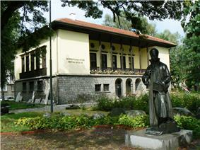 Samokov Historical Museum with the statue of Zahari Zograf