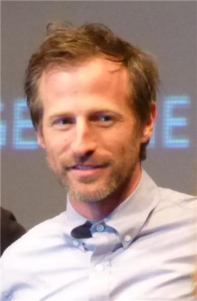 Photo man wearing a white collared shirt.
