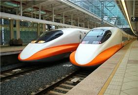 Two THSR 700T trains