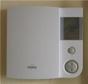 Electronic thermostat showing a temperature of 22°C.
