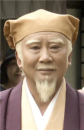 Satomi Kōtarō on set in the role of Mitsuemon