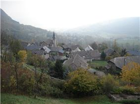 The church and surrounding buildings in Verel