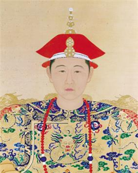 Full-face-view color painting of the head and shoulders of a young man wearing a two-tiered red cap with a white edge, a necklace made of red beads except for two larger blue beads each surrounded by two white beads, and wearing a yellow robe covered with dragon-and-clouds patterns in green, blue, and red.